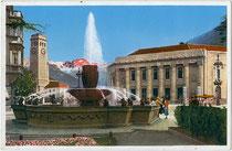 """""""Bolzano, Fontane delle Rane"""" – Froschbrunnen, erbaut 1930 von Bildhauer Ignaz Gabloner (1887-1964) am """"Neuen Bahnhof"""" in Bozen. Photochromdruck 9 x 14 cm; Impressum: Lorenz Fränzl, Boze 1930 ff.  Inv.-Nr. vu914pcd00322"""