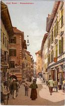 Museumstraße – vormals Fleischgasse - in Bozen von Westen gegen den Obstplatz aufgenommen. Photochromdruck 9 x 14 cm; Impressum: Edition Photoglob, Zürich um 1905.  Inv.-Nr. vu914pcd00094