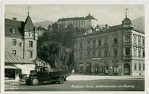 Schnelllastwagen L6 (max. 2 Tonnen Nutzlast) der Automobilfabrik Perl, Wien-Liesing (1922-1954) beim Wohn-/Geschäftshaus Südtiroler Platz 1 in Kufstein, Tirol. Gelatinesilberabzug 9 x 14 cm; Impressum: Frank Verlag, Graz 1934.  Inv.-Nr vu914gs01162