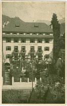 """Dependance des Hotel """"zur Post - Erzherzog Heinrich"""" in der Defreggerstraße in Bozen. Offsetdruck 9 x 14 cm ohne Impressum, um 1915.  Inv.-Nr.  Inv.-Nr. vu914od00004"""