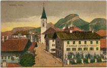 Innsbrucker Straße in Wörgl gegen den Pölven in den Kitzbüheler Alpen. Farblichtdruck 9 x 14 cm; Impressum: Raim(und). Haselberger, Wörgl 1918.  Inv.-Nr. vu914fld00003