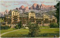 Das KARERSEEHOTEL, Gemeinde Welschnofen vor der Rosengartengruppe. Photochromdruck 9 x 14 cm (Bergnamenkarte); ohne Impressum um 1910.  Inv.-Nr. vu914pcd00240