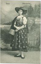 Junge Frau in Festkleidung des Pfitschertals in Südtirol. Lichtdruck 9 x 14 cm; Impressum: Verlag Ernst Schmid, Innsbruck 1917.  Inv.-Nr. vu914ld00254