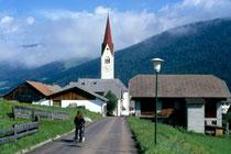 In der Länge und Pfarrkirche St. Petrus und Agnes in Niederolang. Farbdiapositiv 24x36mm; © Johann G. Mairhofer 1998.  Inv-Nr. dc135kn0239.02_11