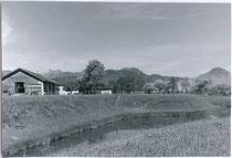 """Die Gallasschanze beim Gasthof """"zur Schanz"""" in Ebbs (Teil der Landesfürstlichen Grenzfeste Kufstein). Gelatinesilberabzug 9 x 12 cm; Amateurafnahme um 1960.  Inv.-Nr. vu912gs00009"""