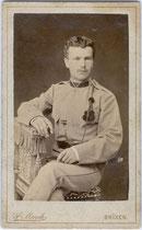 Kaiserjäger mit Schützenschnur. Albuminabzug auf Untersatzkarton 10,4 x 6,2 cm (Visitformat). Photographisches Atelier Josef March, Brixen (am Eisack), Kreutzgasse 130 um 1895. Inv.-Nr. vuVIS-00028