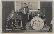 Tanzkapelle in einer Seefelder Hotelbar. Gelatinesilberabzug 9 x 14 cm; Impressum: Foto-Zentrale Paul Hagemeister, Seefeld in Tirol um 1935. Inv.-Nr. vu914gs00249