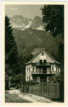 "Pension ""Helene"", Besitzer: Plattner's Erben, Helene Klocker in Hötting, Hungerburgweg 44. Gelatinesilberabzug 9 x 14 cm; Impressum: FWS (?) Innsbruck um 1940.  Inv.-Nr. vu914gs00231"