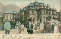 Innsbrucker Stadtsäle, Universitätsstraße 1 um 1904, im Jahr 1890 eröfnet und im 2. Weltkrieg zerstört worden. Farblichtdruck nach Photomontage mit Staffagepersonen 9 x 14 cm; Impressum: F. W. W.(?) ohne Ortsangabe um 1900.  Inv.-Nr. vu914fld00054