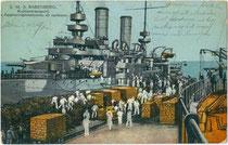 """S(einer). M(ajestät). S(chiff). """"Babenberg"""" der k.u.k. Kriegsmarine bunkert Kohle, Holz, Wasser und Proviant in einem nicht genannten Mittelmeerhafen. Photochromdruck 9 x 14 cm; Impressum: G. Fano (ohne Ortsangabe) 1912/13.  Inv.-Nr. vu914pcd00305"""