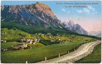 Sorapiss (3.205m) und Antelao der Cadorischen Dolomiten über Cortina-d'Ampezzo von der Dolomitenstraße aus. Photochromdruck 9x14cm; Josef Werth, Toblach nach 1910.  Inv.-Nr. vu914pcd00175b
