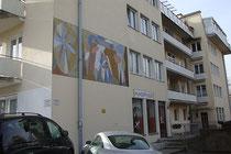 Mehrparteienwohnhaus Hunoldstraße 20 in Pradl, Stadtgemeinde Innsbruck mit Wandgemälde ein Paar mit Kleinkind darstellend von Walter Honeder, Maler und Graphiker (1906 - 2006). Digitalphoto; © Johann G. Mairhofer 2014.  Inv.-Nr. 2DSC01983
