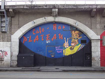 Eingang vom Szenelokal PLATEAU in der Ing.-Etzel-Straße / Viaduktbogen 51. Digitalphoto; © Johann G. Mairhofer 2012.  Inv.-Nr. 1DSC04942