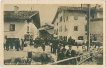 Viehmarkt in Sarnthein, Gemeinde Sarntal. Gelatinesilberabzug 9 x 14 cm; Foto Franz Gaensbacher, Sarnthein; Verlag Joh(ann). F(ilibert). Amonn, Bozen 1911.  Inv.-Nr. vu914gs00720