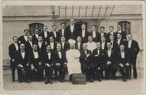 """Servicebrigade mit Chef de Cuisine (Küchenchef) eines Restaurants. Bez.:  """"Zur Erinnerung meines Aufenthalts in Cannes (Cote d'Azur) 1929 von Cousin Walter"""". Gelatinesilberabzug 9 x 14 cm ohne Impressum.  Inv.-Nr.  vu914gs00082"""