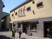 Straßenfassade der ehemaligen Haller Filmbühne (heute Tourismusbüro der Stadt Hall und Tourismusregion Hall-Wattens), Wallpachgasse 5, Hall in Tirol, Bezirk Innsbruck-Land. Digitalphoto; © Johann G. Mairhofer 2013.  Inv.-Nr. 1DSC07266