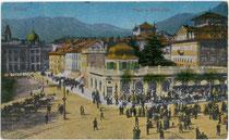 Sonntagscorso am Pfarrplatz (links) und angrenzendem Waltherplatz (rechts) in Bozen (heute Landeshauptstadt von Südtirol). Farblichtdruck 9 x 14 cm; Impressum: Joh(ann). F(ilibert). Amonn, Bozen 1913.  Inv.-Nr. vu914fld00004