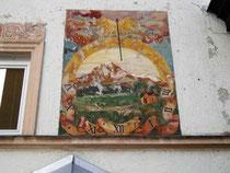 Vertikalsonnenuhr in einer Darstellung der Saile (Nockspitze) an der Südfassade vom Ansitz Dodl aus dem 18. Jhdt. in Innsbruck-Pradl, Egerdachstraße 25. Digitalphoto; © Johann G. Mairhofer 2011. Inv.-Nr. 1DSC02376