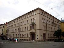 Volksschule Franz-Fischer-Straße seit Wiederaufbau 1949 nach Bombenschaden im Zweiten Weltkrieg. Digitalphoto, © Johann G. Mairhofer 2011.  Inv.-Nr. 1DSC01585