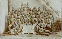 Hälftefeier der 11. Feldkompanie des 2. Regiment I. Bataillon Tiroler Jäger Regiment Nr. 4 der Dienstjahre 1907-1910 in Mezzocorona. Gelatinesilberabzug 9 x 14 cm; kein Impressum 1908 oder 1909.  Inv.-Nr. vu914gs00639a