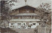 Bauernfamilie und Gesinde vor ihrem Heimathof wohl im Tiroler Unterland, vermutlich im Raum Kufstein. Gelatinesilberabzug (Auskopierpapier) 9 x 14 cm ohne Impressum, wohl Amateuraufnahme um 1900.  Inv.-Nr. vu914gs00694