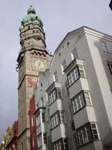 Der 1450 errichtete gotische Stadtturm mit neuer Renaissance-Zwiebelhaube von 1560 des Alten Rathauses Herzog-Friedrich-Straße 21 in der Altstadt von Innsbruck (1358 bis 1897 in Verwendung). Digitalphoto; © Johann G. Mairhofer 2010.  Inv.-Nr. 1DSC00064