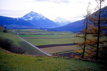 Patscher Straße mit Serles und Habicht in den Stubaier Alpen. Farbdiapositiv 24x36mm; © Johann G. Mairhofer 1992.  Inv.-Nr. dc135fuRD147.1_06