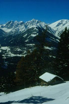 Die Kalkkögel in den Stubaier Alpen von einem Heuschober auf der Patscher Alm aus. Farbdiapositiv 24x36mm; © Johann G. Mairhofer 1992.  Inv.-Nr. dc135kd5039.1_32