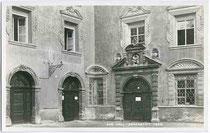 Portal des Adeligen Damenstifts am Stiftsplatz in Hall inTirol. Gelatinesilberabzug 9 x 14 cm; Impressum: A(lfred). Stockhammer, Hall i.T. um 1925. Inv.-Nr. vu914gs00350