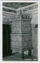 Kachelofen in einem nicht bezeichneten Gebäude in Matrei am Brenner. Gelatinesilberabzug 9x14cm; A(lfred). Stockhammer, Hall in Tirol um 1925.  Inv.-Nr. vu914gs00364