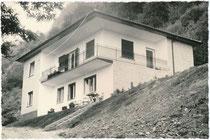 """Haus """"Klotz""""(?) in Kaltern am See, Bezirksgemeinschaft Überetsch-Unterland, Südtirol kurze Zeit nach Errichtung. Gelatinesilberabzug 10 x 15 cm ohne Impressum (wohl Amateuraufnahme), um 1955.  Inv.-Nr. vu105gs00109"""