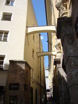 Schwibbögen (auch: Stützbögen) zwischen Gebäuden in der Stiftgasse der Altstadt von der Tiroler Landeshauptstadt Innsbruck, Ecke Seilergasse. © Johann G. Mairhofer 2014.  Inv.-Nr. 2DSC00414