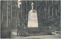Infanteristen mit Tornister beim umfriedeten Denkmalsobelisk in Erinnerung an die Gefallenen der Kämpfe in Tirol an der Schießbahn auf dem Bergisel über Innsbruck. Lichtdruck 9 x 14 cm ohne Impressum, um 1910.  Inv.-Nr. vu914ld00314