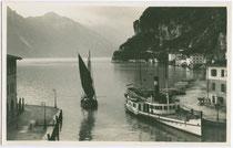 """Dampfschiff """"G(iuseppe). Zanardelli"""" im Hafen von Riva del Garda (bis 1919 Bezirkshauptstadt in der ehem. Gefürsteten Grafschaft Tirol). Gelatinesilberabzug 9 x 14 cm; Impressum: Leo Baehrendt, Meran 1928.  Inv.-Nr. vu914gs00185"""