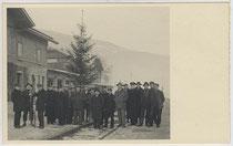 """""""Weihnachtsbaum für alle"""" von Bahnbediensteten der Österreichischen Bundesbahn im Bahnhof von Landeck an der Arlbergbahn, Tirol aufgerichtet. Gelatinesilberabzug 9 x 14 cm ohne Impressum (wohl Amateuraufnahme), um 1935.  Inv.-Nr.vu914gs00289"""