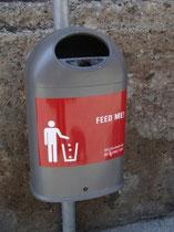 Abfallkorb der Innsbrucker Kommunalbetriebe mit Wortspiel, eingeführt 2012. Digitalphoto;  (c) Johann G. Mairhofer 2012.  Inv.-Nr.  DSC03934