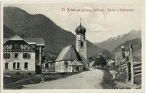 Ortsteil St. Anton der Gemeinde Nasserein (1927 in St. Anton am Arlberg umbenannt worden), Bezirk Landeck, Tirol und die Arlbergstraße. Lichtdruck 9 x 14 cm; Impressum: Stengel & Co., Dresden 1909.  Inv.-Nr. .vu914ld00289