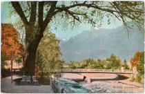 Im Jugendstil 1909 erbaute Reichsbrücke (heute Postbrücke) über die Passer vom Sandplatz nach Untermais von der Giselapromenade (heute Passerpromenade) aus. Photochromdruck 9 x 14 cm ohne Impressum, um 1910.  Inv.-Nr. vu914fat00081
