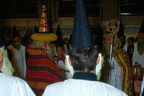 Anklöpfeln in Stans bei Schwaz im Advent 1990. Szene aus dem nur alle 10 Jahre stattfindenden Anklopfbrauch.  Inv.-Nr. dc135kd5009.03_24
