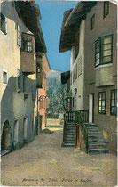 Gasse in Stufels, Stadt Brixen. Photochromdruck 9 x 14 cm; Impressum: Joh(ann). F(ilibert). Amonn 1914. Inv.-Nr. vu914pcd00234
