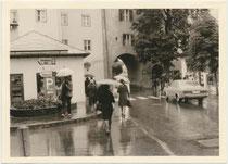 Ford Taunus 20M (P7) Coupé (1967-1971) auf der Bichlstraße vor dem Jochberger Tor, dem südöstlichen Eingang zur Altstadt von Kitzbühel  (heute Fußgängerzone). Gelatinesilberabzug 7,5 x 11,0 cm, Amateuraufnahme um 1975.  Inv.-Nr. vu7511gs00001