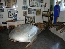 Historische Schlittensportgeräte im Museum von Igls, Stadtgemeinde Innsbruck (1942 eingemeindet worden): Zweierbob, Skeletonschlitten und Rennrodel. Digitalphoto; © Johann G. Mairhofer 2014.  Inv.-Nr. 2DSC01421