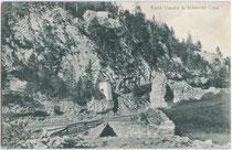 Ruine der Tirolisch Landesfürstlichen Grenzfeste Porta Claudia in Scharnitz, Gesamtansicht. Lichtdruck 9 x 14 cm; Verlag von A(nian). Irl, Hofphotograph, Mittenwald.  Inv.-Nr. vu914ld00170