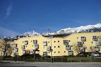 Wohnanlage Amthorstraße 51-57 in Innsbruck-Pradl von Arch. Josef Lackner (1931 Wörgl - 2000 Innsbruck) für die Neue Heimat Tirol Gemeinnützige WohnungsGmbH (Übergabe 1992). Digitalphoto; © Johann G. Mairhofer 2014.  Inv.-Nr. 2DSC01626