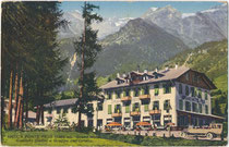 Grand Hotel Pejo (heute: Peio) im Sulzberg, ehem. Gerichtsbezirk Malè, Bezirk Cles, Gef. Grafsch. Tirol (heute Comunità Val di Sole, Provincia di Trento). Photochromdruck 9 x 14 cm; Impressum: M. Monari, Cogolo 1924.  Inv.-Nr. vu914pcd00370