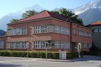 Haupttrakt vom Städt. Kindergarten in der Pembaurstraße 20, Innsbruck-Pradl von Südosten, errichtet 1928 im Stil der Neuen Sachlichkeit nach Plänen von Arch. Michael Prachensky. Digitalphoto; © Johann G. Mairhofer 2012.  Inv.-Nr. 1DSC04632