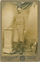 """Infanterist des K.u.k. Infanterieregiments Nr. 36 """"Reichsgraf Browne"""" in Niederdorf im Pustertal, Südtirol. Albuminpapier auf Untersatzkarton 6,5 x 11 cm (Visitformat). Impressum: Atelier Schuricht, Niederdorf und Innichen um 1915.  Inv.-Nr. vuVIS-00077"""