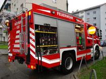 Löscheinsatz der Freiwilligen Feuerwehr Reichenau (Stadt Innsbruck) beim Wohnhaus Reichenauer Ecke Radetzkystraße am 4.8.2011. Digitalphoto; © Johann G. Mairhofer 2011.  Inv.-Nr. DSC01627