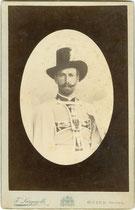 Erzherzog Eugen von Österreich-Teschen (1863 - 1954) im Ornat des Hochmeisters vom Deutschen Orden auf Visite in Bozen. Albuminabzug auf Untersatzkarton 21,0 x 13,5 cm (Boudoir-Format). Impressum: F(ranz). Largajolli, Bozen um 1895.  Inv.-Nr. vuBOU-00014