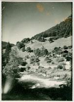 Der bei Niedervintl in die Rienz einmündende Pfunderer Bach bei Pfunders, Gemeinde Vintl im Pustertal.  Gelatinesilberabzug 9 x 12 cm ohne Impressum  (wohl Amateuraufnahme), datiert August 1927.  Inv.-Nr. vu912gs00012